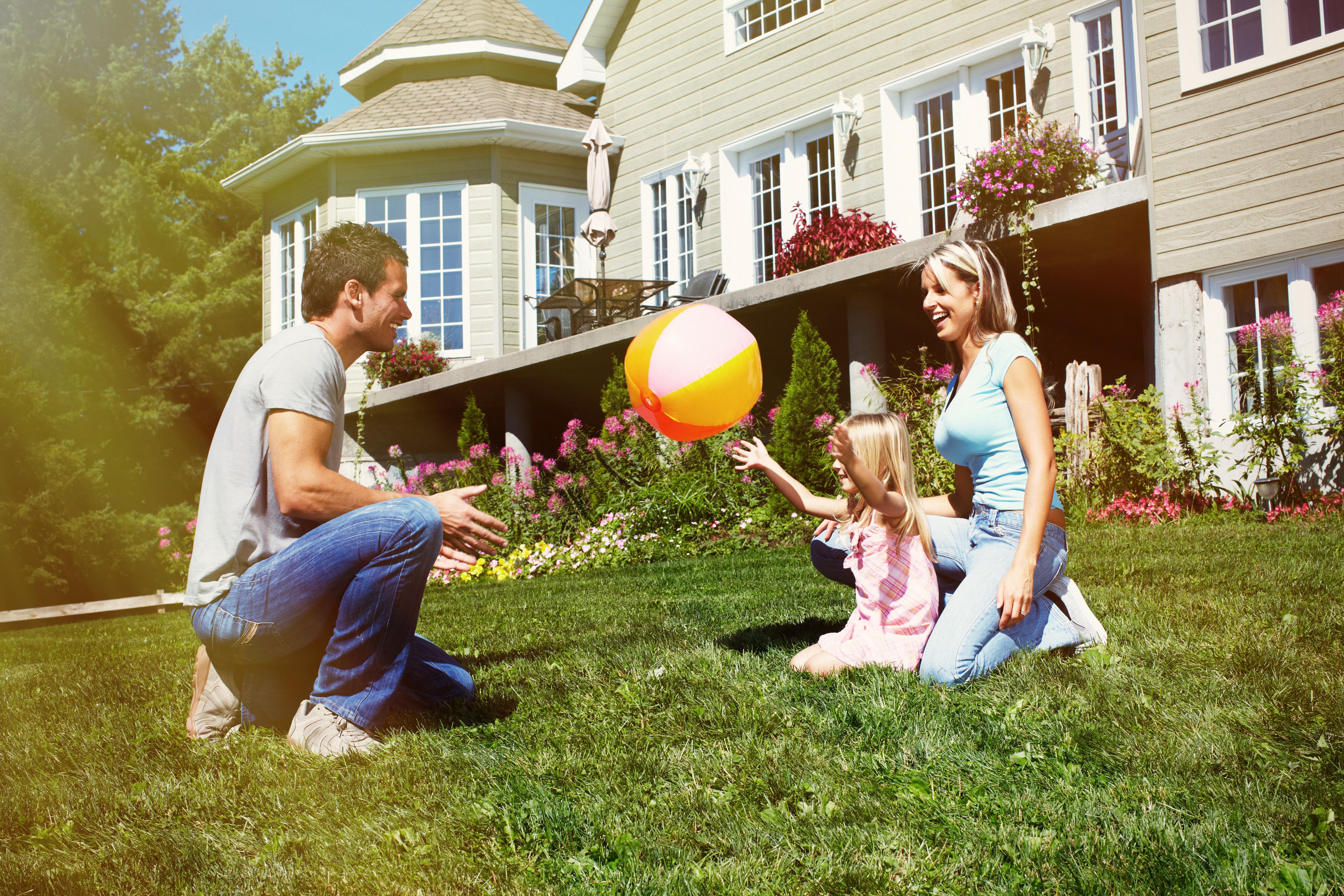 картинки счастливой семьи с двумя детьми на фоне дома зверьков выращивали исторически